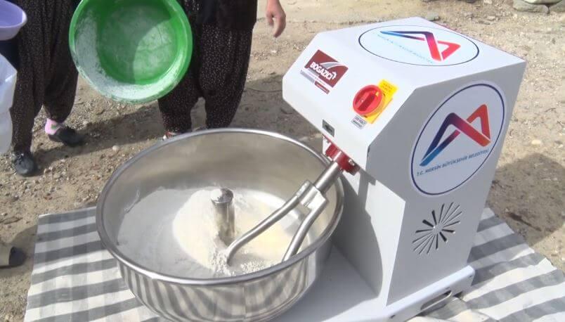 Vahap Seçer'den Kadınlara Hamur Yoğurma Makinesi Desteği 3 - vahap secerden kadinlara hamur yogurma makinesi destegi 2