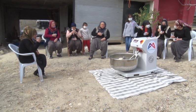 Vahap Seçer'den Kadınlara Hamur Yoğurma Makinesi Desteği