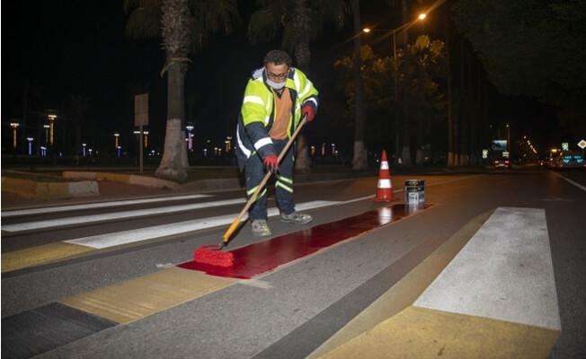 Mersin Büyükşehir Belediyesi Yaya Şeritlerini Kırmızıya Boyadı