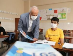 Akdeniz Belediyesi'nden LGS'ye Hazırlanan Öğrencilere Ücretsiz Eğitim Seti