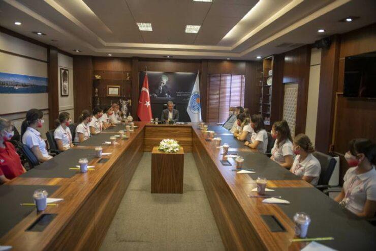 1. Lig'e Yükselen GSK Kadın Hentbol Takımı Başkan Vahap Seçer'i Ziyaret Etti 6 - 1 lige yukselen gsk kadin hentbol takimi baskan vahap seceri ziyaret etti 2