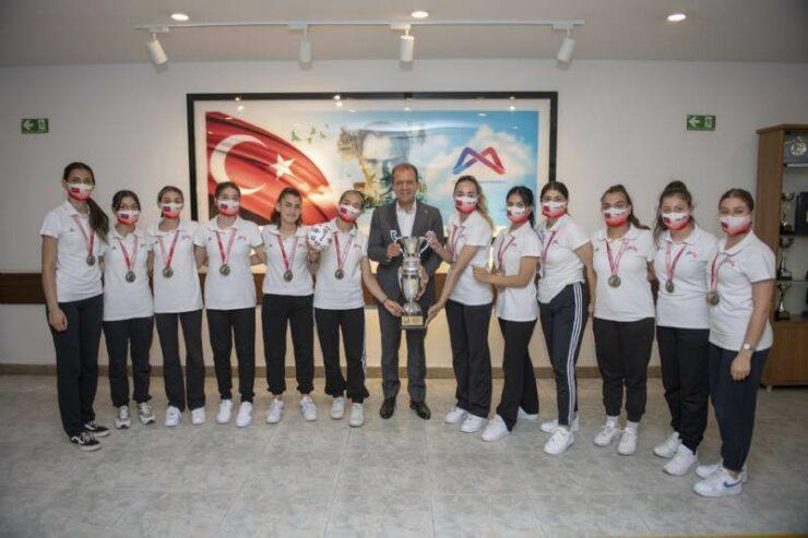1. Lig'e Yükselen GSK Kadın Hentbol Takımı Başkan Vahap Seçer'i Ziyaret Etti 5 - 1 lige yukselen gsk kadin hentbol takimi baskan vahap seceri ziyaret etti 4
