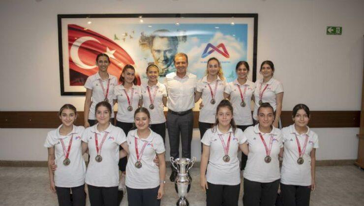 1. Lig'e Yükselen GSK Kadın Hentbol Takımı Başkan Vahap Seçer'i Ziyaret Etti