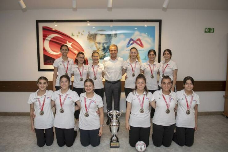 1. Lig'e Yükselen GSK Kadın Hentbol Takımı Başkan Vahap Seçer'i Ziyaret Etti 8 - 1 lige yukselen gsk kadin hentbol takimi baskan vahap seceri ziyaret etti