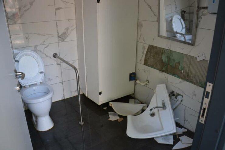 Mersin'de Büyükşehir'in Tuvaletlerine Saldırılar Sürüyor! 4 - mersinde buyuksehirin tuvaletlerine saldirilar suruyor 2